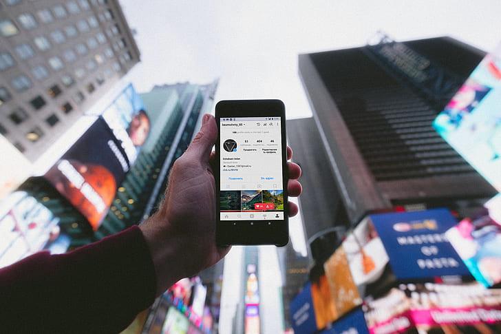 Телефон на фоне небоскребов