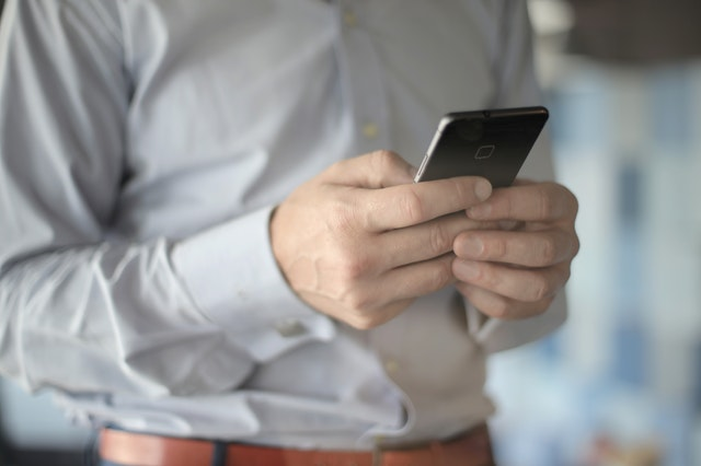 Телефон в руках у мужчины